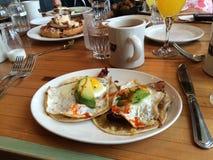 Rancheros de Juevos para a refeição matinal com amigos fotografia de stock