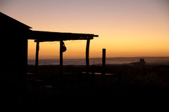 Ranchhaus bei Sonnenuntergang mit Meer Lizenzfreie Stockbilder