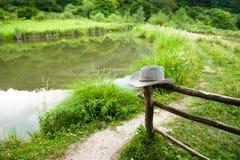 Rancho com o chapéu de madeira da cerca e de vaqueiro fotografia de stock royalty free