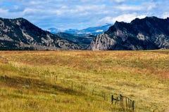 Rancho de Colorado contra las colinas de las montañas rocosas Imágenes de archivo libres de regalías