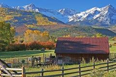 Rancho en el pie del San Juan Mountains en Colorado imagen de archivo