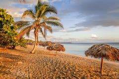 Rancho Luna g?mma i handflatan den sandiga stranden med och sugr?rparaplyer p? kusten, Cienfuegos, Kuba royaltyfri bild