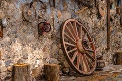 Rancho velho em México com as ferramentas e shell de cultivo oxidados velhos da madeira fotos de stock