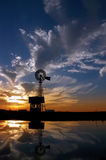 ranchsolnedgångwindmill Arkivfoto