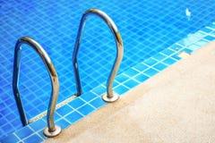 Rand blauwe pool Stock Afbeeldingen