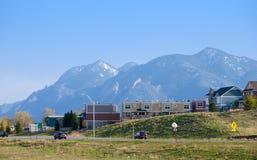 Rand der Stadt mit blauen Bergen im Abstand Stockfotografie
