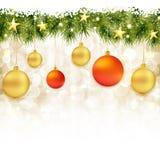 Rand der Tannenzweige mit Weihnachtsverzierungen