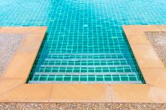 Rand des sauberen blauen Swimmingpools stockfotografie