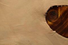 Rand des Schafleders im natürlichen Farbton auf dem Holztisch stockfotografie