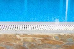 Rand des Swimmingpoolüberlauf Stockfotografie