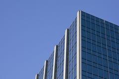 Rand des Wolkenkratzers mit blauem Himmel Stockfoto