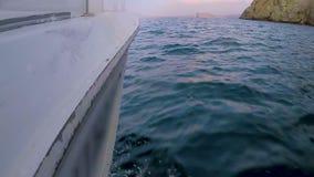 Rand die van boot zich snel over overzeese oppervlakte, kustwacht op het werk, noodsituatie bewegen stock video