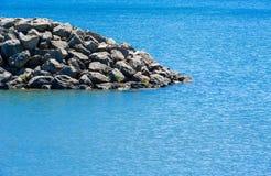 Rand felsigen breakwall Endes im Wasser Stockfotos