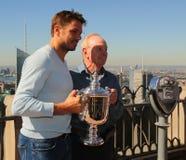 Rand Slam defiende Stanislas Wawrinka (l) y la leyenda Rod Laver del tenis que presenta con el trofeo del US Open Foto de archivo libre de regalías