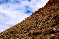 Rand van de scheiding van het bergachtige land en de blauwe hemel Royalty-vrije Stock Foto's