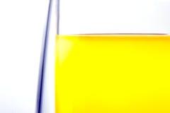 Rand van een glas met een drank op een witte achtergrond stock afbeeldingen