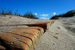 Rand van een houten weg die een zandduin leiden royalty-vrije stock foto's