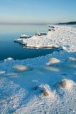 Rand van ijzige kust Stock Afbeeldingen