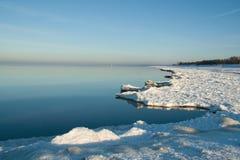 Rand van ijzige kust Stock Foto