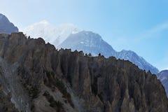 Rand van rotsen hoog in de bergen royalty-vrije stock fotografie
