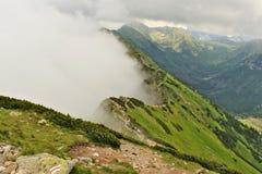 Rand van Tatras-bergen met een dichte melkachtige mist Royalty-vrije Stock Foto