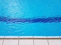 Rand van zwembad met het vonken van glashelder water en tegel Stock Afbeelding