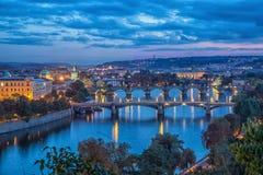 Randen over Vltava bij schemer in Praag royalty-vrije stock foto