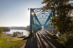 Randers, Dinamarca - octubre de 2018: Puente azul sobre Gudenaa en Randers en un día soleado imagenes de archivo