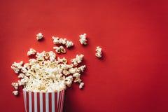 Randig ask med popcorn royaltyfria foton