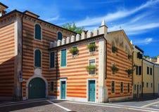 Randig byggnad i Bardolino Arkivbild
