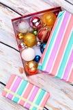 Randig gåvaask och julpynt fotografering för bildbyråer