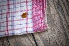Randig maträtttorkduk på brunt trä Royaltyfri Bild