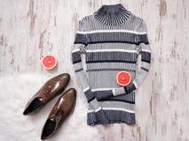 Randig stucken tröja, bruna skor för patenterat läder, halvor av den klippta grapefrukten spelrum med lampa Royaltyfri Foto
