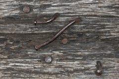 Randig textur av gammalt trä med rostigt spikar royaltyfri foto