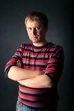 randig tröja för manstående Arkivfoto
