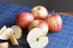 Randiga äpplen på ett mattt för ställe Arkivbilder