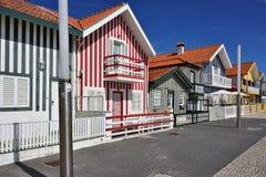 Randiga kulöra hus, Costa Nova, Beira Litoral, Portugal, Eur Royaltyfri Bild