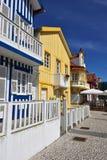 Randiga kulöra hus, Costa Nova, Beira Litoral, Portugal, Eur Fotografering för Bildbyråer