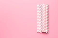 Randiga sugrör för rosa färger Arkivbilder