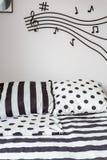 Randigt och prickigt ark på säng Royaltyfria Bilder