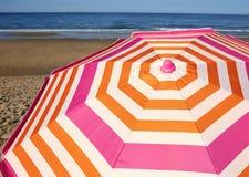 Randigt strandparaply Royaltyfria Bilder