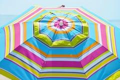 Randigt strandparaply Royaltyfria Foton