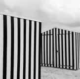 Randigt strandskjul på sand Royaltyfri Fotografi