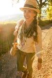 Randonneur actif heureux de femme dans le chapeau sur la hausse de la Toscane images stock