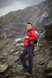Randonneur adolescent sur la montagne Photos libres de droits