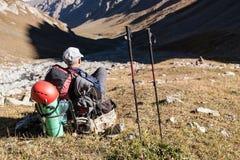 Randonneur appréciant la vue aux montagnes de Tien Shan Images libres de droits