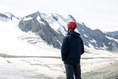 Randonneur appréciant la vue aux montagnes, Tien Shan, Kirghizistan Photo stock