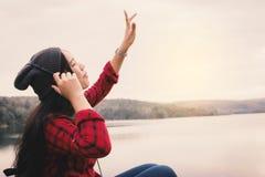 Randonneur asiatique heureux de femme détendant sur le concept de voyage de vacances images libres de droits