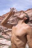 Randonneur assoiffé dans le désert Photographie stock