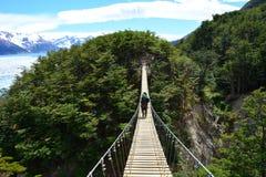 Randonneur au-dessus d'un pont suspendu en Torres del Paine, Chili images libres de droits